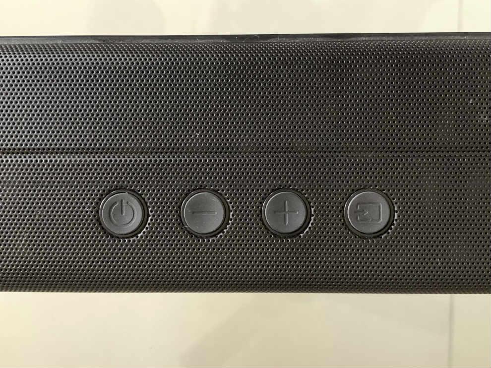 La barra de sonido tiene botones físicos en la parte superior.