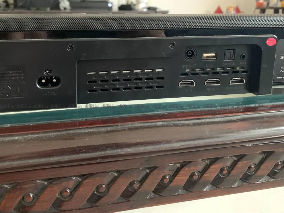 La barra de sonido tiene 2 puertos de paso HDMI.