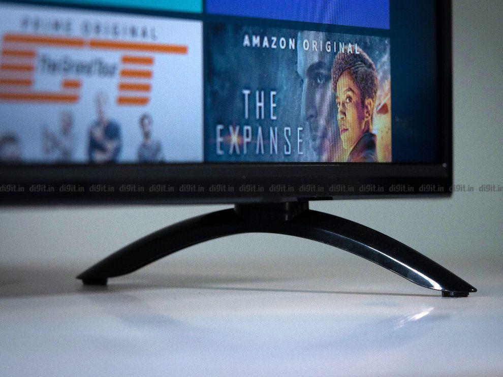 El televisor Akai tiene dos pies de mesa de plástico.