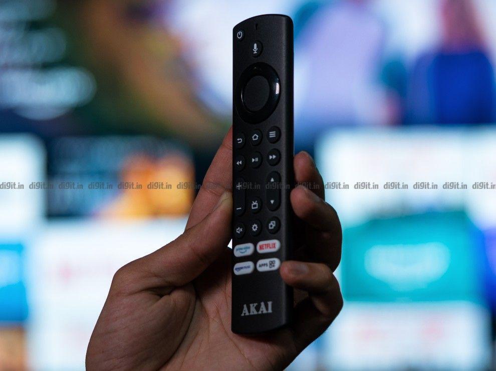 El Akai TV viene con un control remoto similar al que viene con el Fire TV Stick.