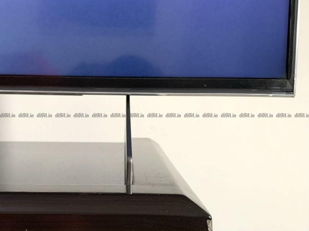Los pies del televisor Sony X90H son bastante delgados.