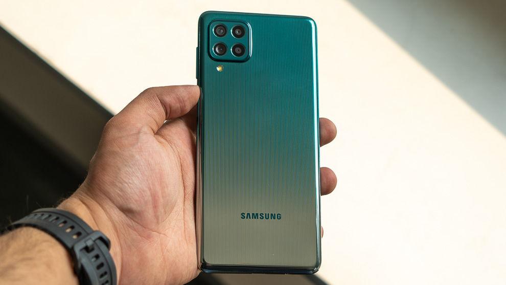 El Samsung Galaxy F62 presenta un diseño grabado con láser, con líneas rectas y un acabado de dos tonos