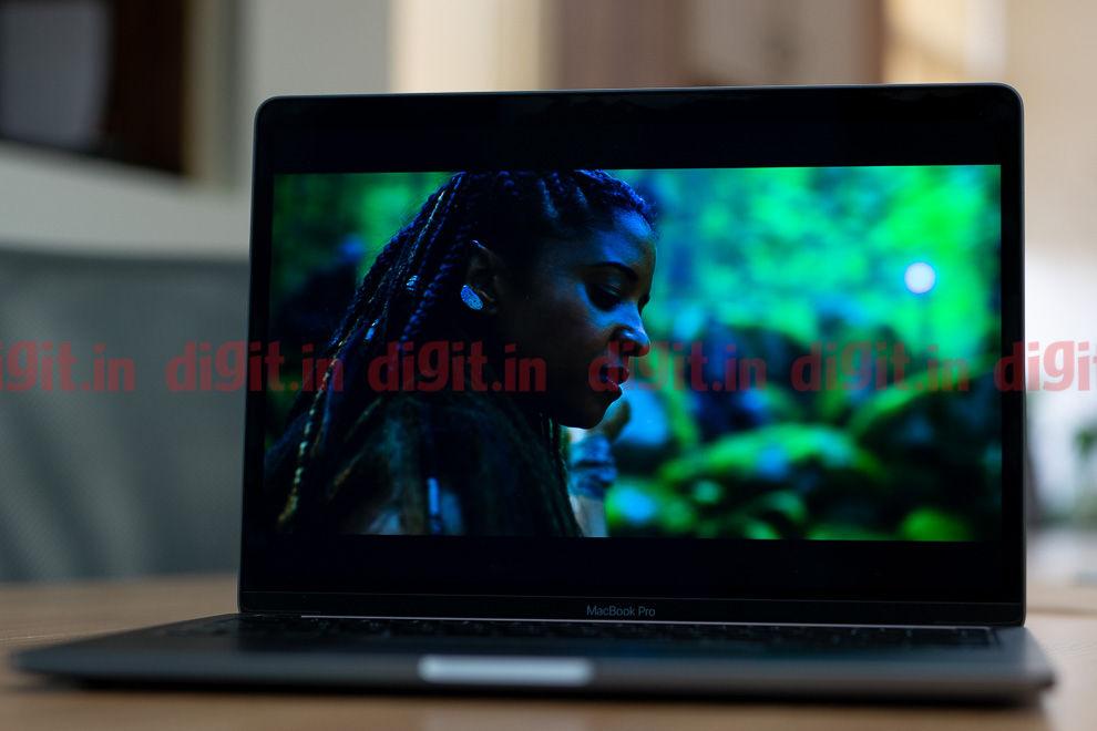 El Apple MacBook Pro de 13 pulgadas luce un panel LCD IPS con soporte para Dolby Vision